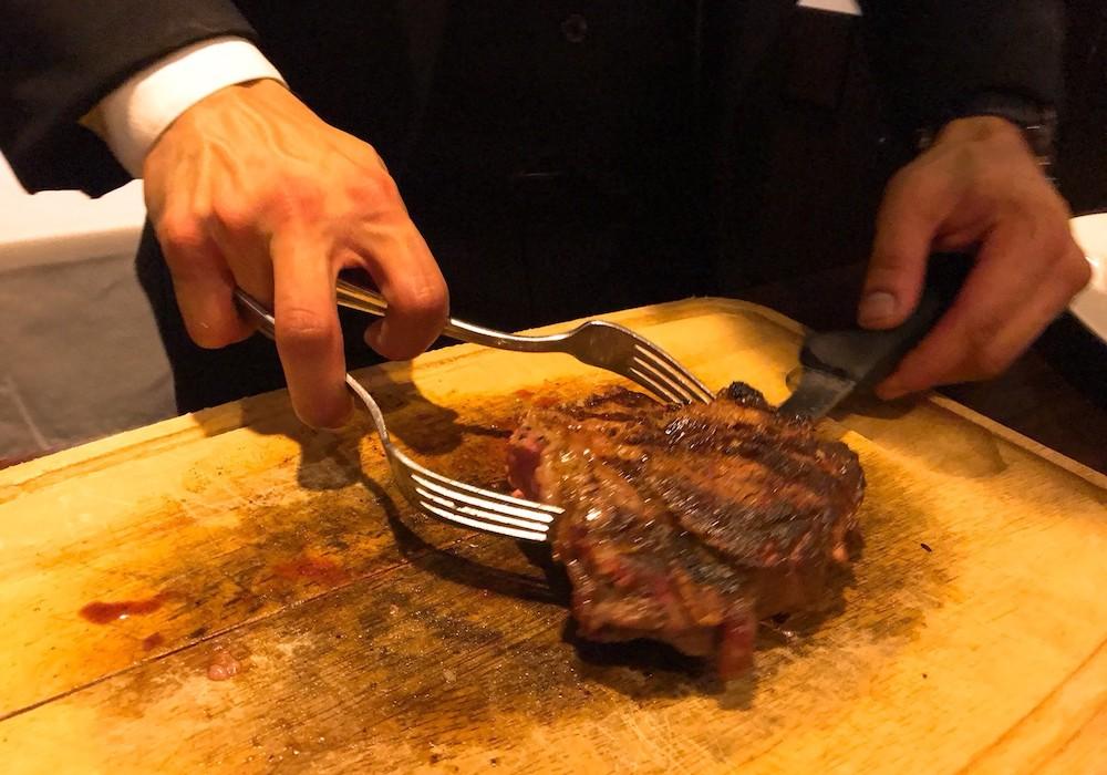 ハイズステーキのTボーンステーキはお店のスタッフさんに切り分けてもらえる
