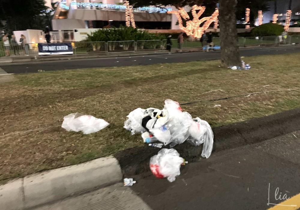 ホノルルマラソンスタート後はゴミが多かった。