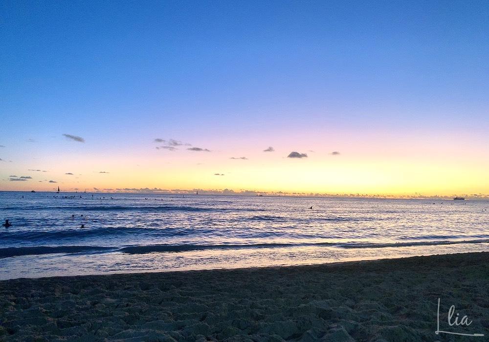ワイキキビーチ沿でサンセットヨガ